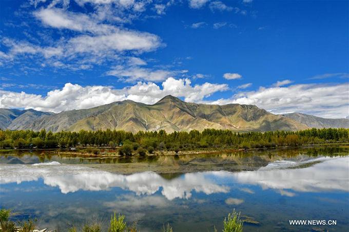Hồ sinh thái Kim Sắc hay hồ Vàng ở huyện Dagze, thành phố Lhasa, khu tự trị Tây Tạng là một trong những danh thắng đẹp nổi tiếng ở phía Bắc Trung Quốc. Tên của hồ có nghĩa là màu vàng, nhằmca ngợi khung cảnh hồ vào mùa thu in bóng những rặng cây vàng rực, lãng mạnnhư tranh.