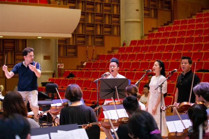Nhạc trưởng Dàn nhạc Giao hưởng Mặt khen ngợi ca sĩ Phạm Thùy Dung - xin edit - 3