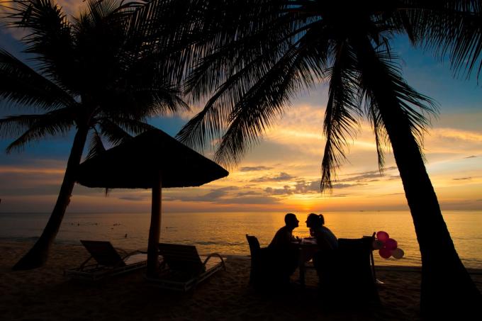 Bãi biển riêng, hồ bơi lớn: Trải dọc Bãi Trường - một trong những bãi biển đẹp nhất Phú Quốc, Famiana Resort sở hữu bờ biển xanh ngọc đặc trưng, cùng dải cát dài thoai thoải bên hàng dừa rợp bóng. Nơi đây nổi tiếng vì cảnh hoàng hôn đẹp và lãng mạn.