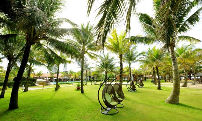 Không gian xanh bao phủ: Là điểm đến không còn xa lạ với du khách ngoại quốc bởi khung cảnh thiên nhiên trong lành, dịch vụ thu hút tại Phú Quốc, Famiana Resort & Spa thời gian gần đây còn được nhiều du khách biết đến như một khu nghỉ dưỡng xanh mát và thanh bình, phù hợp cho kỳ nghỉ gia đình.