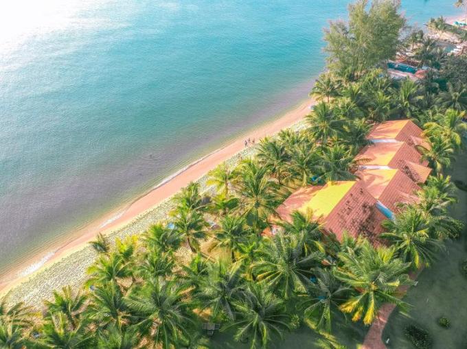 Nơi đây ghi điểm nhờ không gian xanh bao phủ hầu khắp khu nghỉ dưỡng 4 hecta, giúp du khách có thể thư giãn, nghỉ ngơi tận hưởng không khí tự nhiên của miền biển đảo.