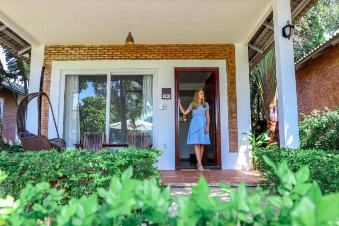 Mỗi căn phòng đều có không gian mở hướng ra biển, khuôn viên vườn hoặc hồ bơi. Mỗi phòng trang bị đầy đủ tiện nghi sinh hoạt, mang đến du khách cảm giác thân quen và ấm cúng. Tại đây, du khách có thể tận hưởng khoảnh khắc thú vị bên gia đình như đang ở trong chính ngôi nhà của mình.