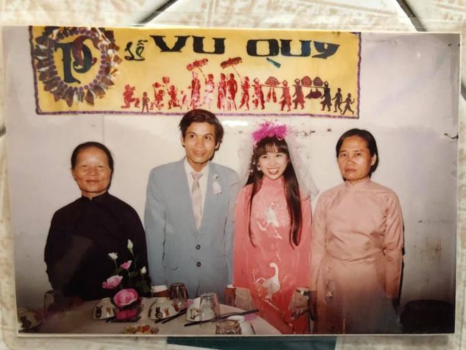 Cô dâu, chú rể chụp ảnh bên mẹ chú rể (áo đen) và mẹ cô dâu (áo hồng)