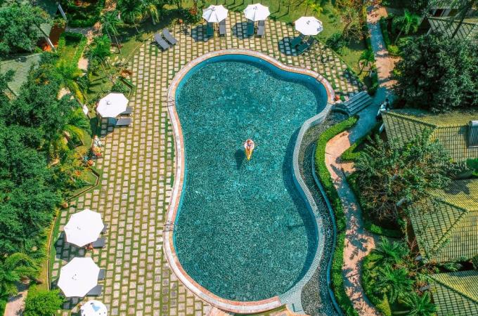 Ngoài bãi biển riêng sở hữu khuôn viên xanh mát, Famiana còn có 2 hồ bơi rộng hơn 300m2, khu vực nước cạn an toàn cho trẻ vui vui đùa trong nước. Đặc biệt, đội ngũ bảo hộ chu đáo luôn trực tại bãi biển và hồ bơi để hỗ trợ du khách khi cần.