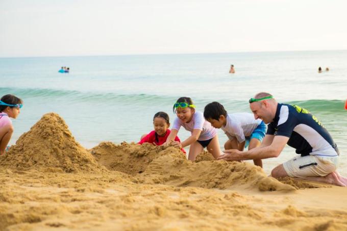 Kỳ nghỉ của gia đình thêm thú vị nhờ nhiều hoạt động như vui đùa trên bãi biển, tập bắn cung, Kids Club, sân mini golf, sân tennis, phòng gym...  Với không gian của những cung bậc cảm xúc, mỗi du khách sẽ tìm thấy một niềm riêng khi đến với khu nghỉ dưỡng xanh bên bờ biển này.