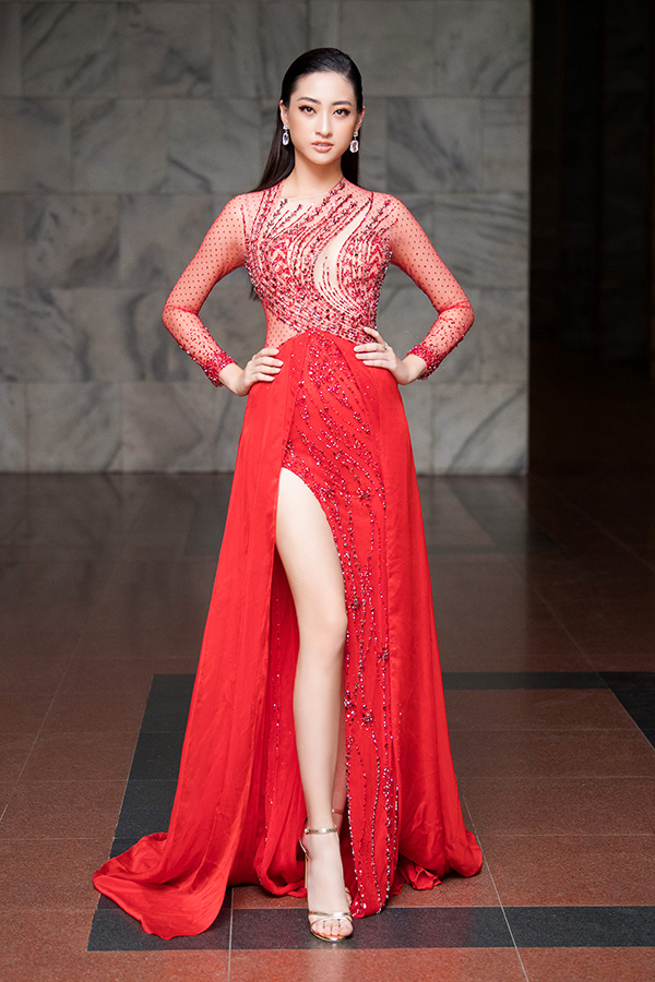 Hoa hậu Thế giới Việt Nam 2019 Lương Thùy Linh khoe chân dài và đường cong gợi cảm với váy xuyên thấu, xẻ đùi cao. Cô sẽ đại diện Việt Nam tham dự Miss World 2019.