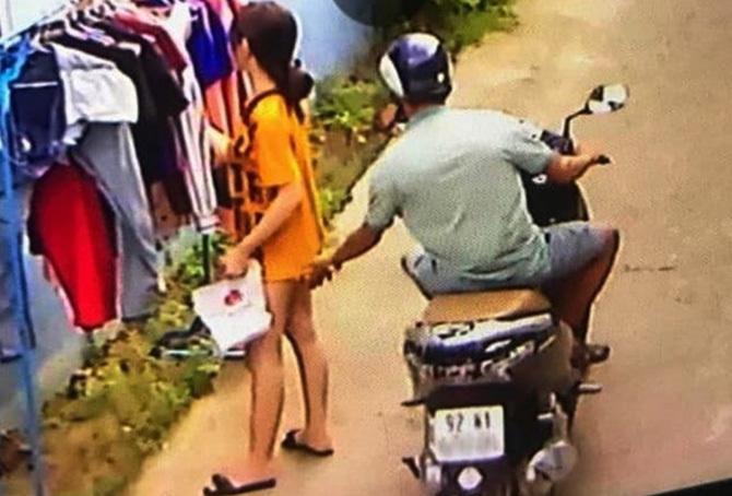 Người đàn ông sàm sỡ cô gái được hình ảnh camera ghi lại. Ảnh:Cắt clip.