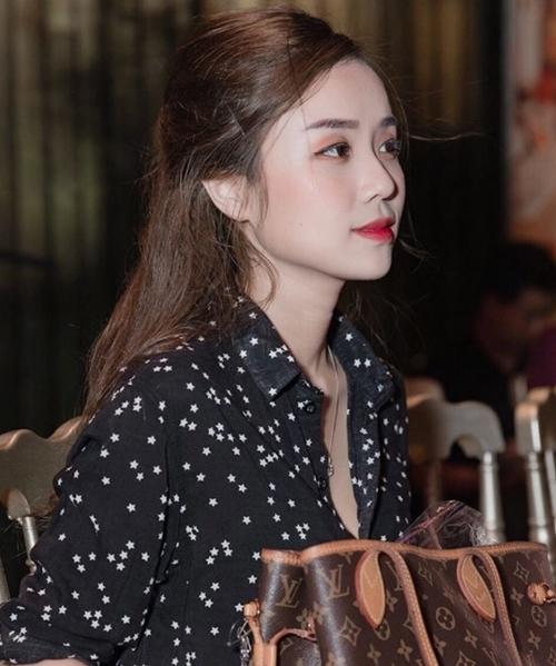 Bảo Ngọc xuất hiện trong hậu trường lúc Hoài Lâm trở lại sân khấu mới đây. Lúc này cô vừa sinh bé thứ hai, được nhận xét mặn mà và quyến rũ.