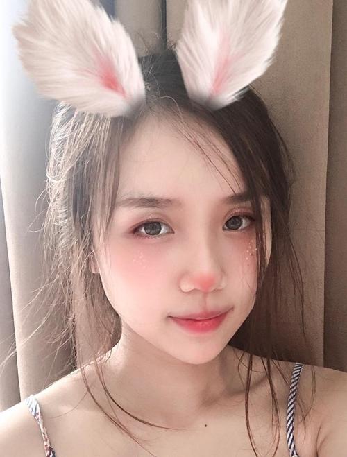 Thời gian này, Hoài Lâm mới bước ra từ cuộc thi Gương mặt thân quen 2016, được kỳ vọng là nhân tố mới trong showbiz Việt nhưng dính nhiều tin đồnkhiến khán giả thất vọng vàchỉ trích mải yêu quên chăm lo sự nghiệp.