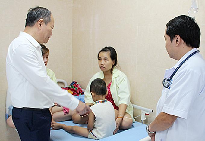 Lãnh đạo huyện và Sở Y tế thăm hỏi trẻ ở Trung tâm Y tế huyện Cẩm Khê hôm 16/9. Ảnh: Báo Phú Thọ.