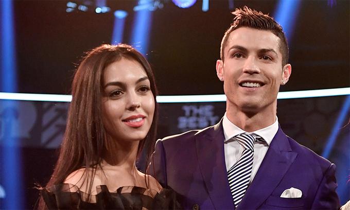 Người đẹp Georgina Rodriguez sát cánh bên C. Ronaldo khi anh bị phạt trốn thuế hay lao đao vì cáo buộc hiếp dâm của Kathryn Mayorga.