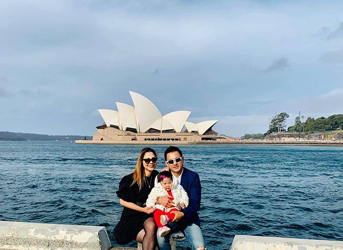 Ca sĩ Thanh Thảo đăng ảnh hạnh phúc bên chồng và con gái trong chuyến lưu diễn tại Australia và gửi lời chào: Tạm biệt Úc Châu. Đất nước rất sạch đẹp, yên bình và hiếu khách với những tình thân rất lâu năm gặp lại. Cám ơn mọi người rất nhiều. Gia đình em bay về đây.