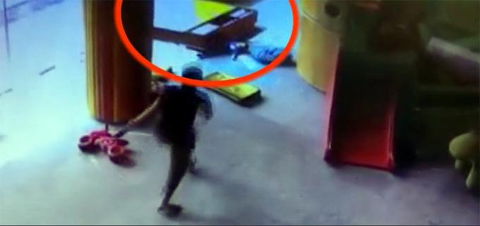 Bé trai 21 tháng ở Chiết Giang, Trung Quốc bị tủ đè vào người hôm 12/9. Ảnh: Asiawire.