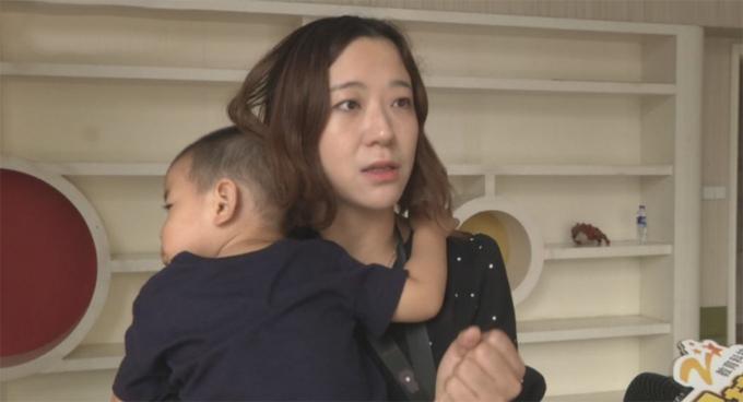 Mẹ bé Yiyi kiện khu vui chơi sau tai nạn của con trai. Ảnh: Asiawire.