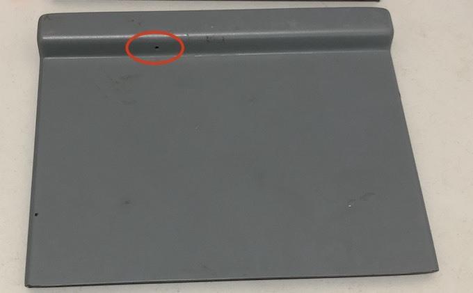 Một mắt camera an ninh (ở giữa vòng tròn đỏ) mà nhóm này lén cài vào cây ATM. Ảnh: Anh Thư.