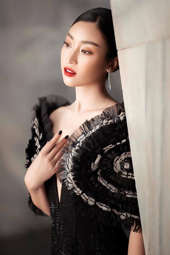 Với sự tư vấn của stylist Kye, hoa hậu Đỗ Mỹ Linh chọn váy trang trí cầu vai độc đáo để xuất hiện trên thảm đỏ.