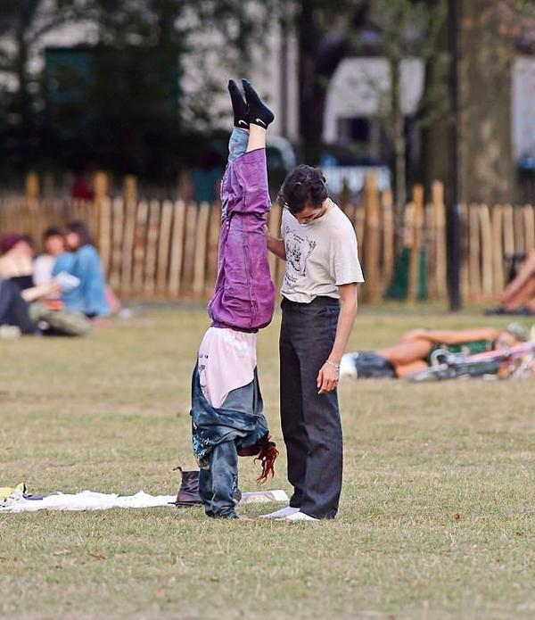 Không ngại mọi người xung quanh để mắt tới, FKA tíu tít bên người yêu và chơi trò trồng cây chuối.