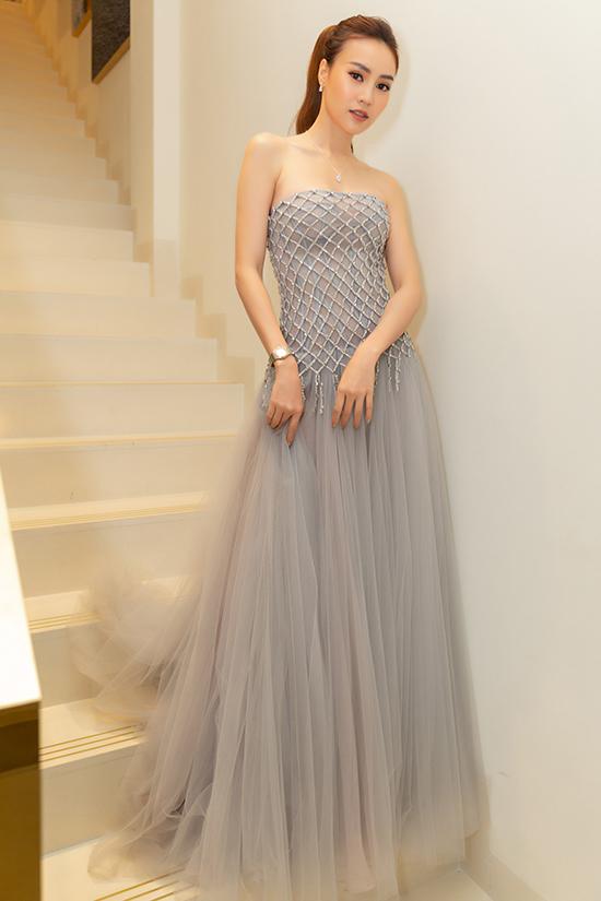 Mẫu đầm tôn nét sexy và mang lại dáng vẻ thướt tha cho người mặc. Đây cũng là trang phục được thiên thần Victorias Secret Josephines Kriver mặctrên thảm đỏ của Oscar Party.