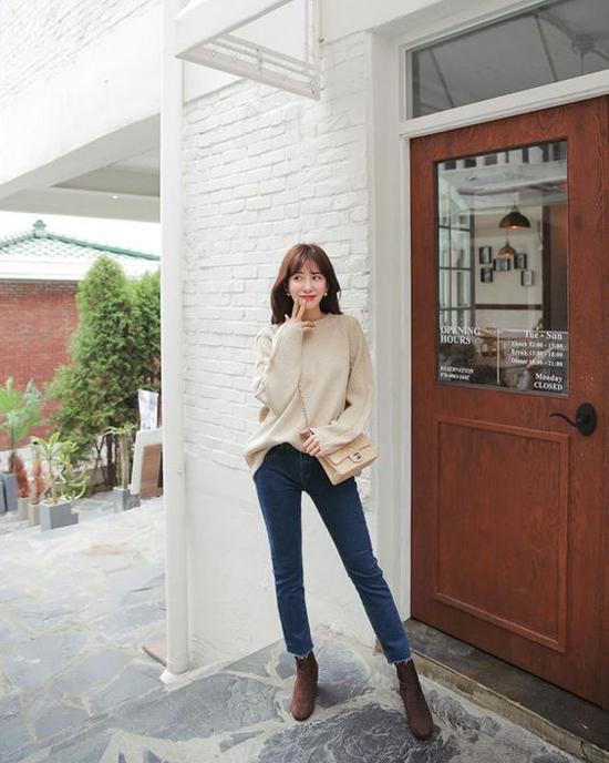 Đêt set đồ gồm áo len, quần jeans trở nên bắt mắt hơn các nàng nên chọn thêm những kiểu bốt cổ thấp để phối đồ.