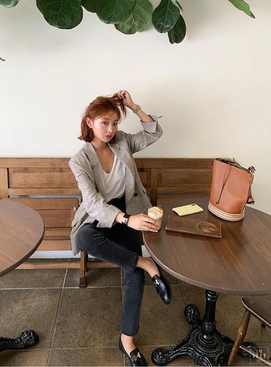 Áo blazer dáng rộng mix cùng áo thun đơn sắc, quần jeans ống ôm là công thức dễ áp dụng cho phái đẹp văn phòng.