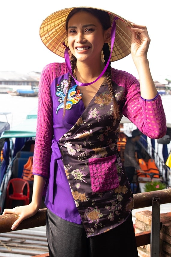 . Võ Hoàng Yến hào hứng vì địa điểm ghi hình Việt Nam tươi đẹp tuần này cũng chính là quê nội của cô. Chân dài xuất hiện nền nã, đằm thắm với nón lá và áo bà ba - trang phục truyền thống của phụ nữ miền Tây.