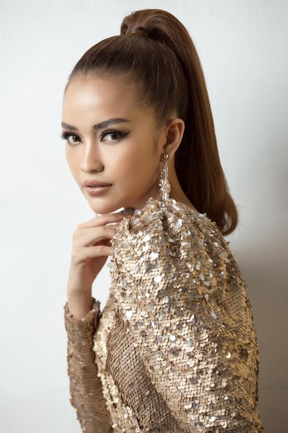 Ngọc Châu ghi điểm phong cách với đầm dạ hội từ chất liệu ánh kim. Chân dài ưa chuộng phong cách trang điểm sắc sảo, làm nổi bật làn da nâu khỏe khoắn và đường nét gương mặt.