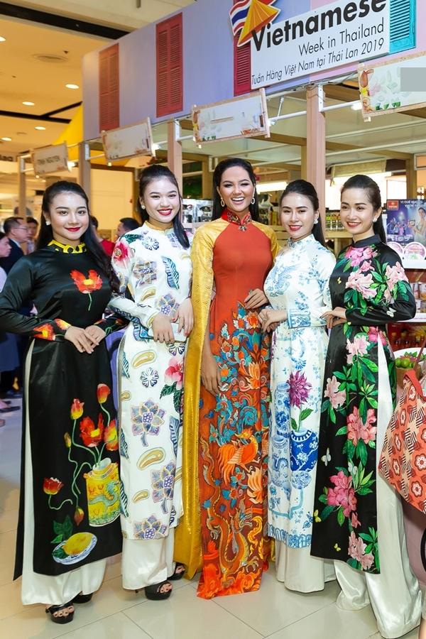 HHen Niê diễn áo dài ở Thái Lan - 4