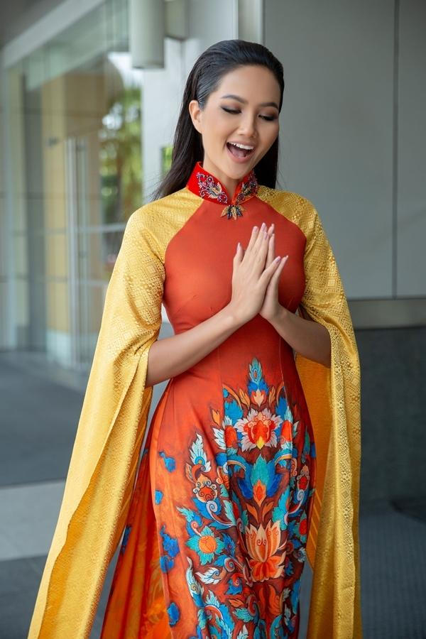 HHen Niê diễn áo dài ở Thái Lan - 7