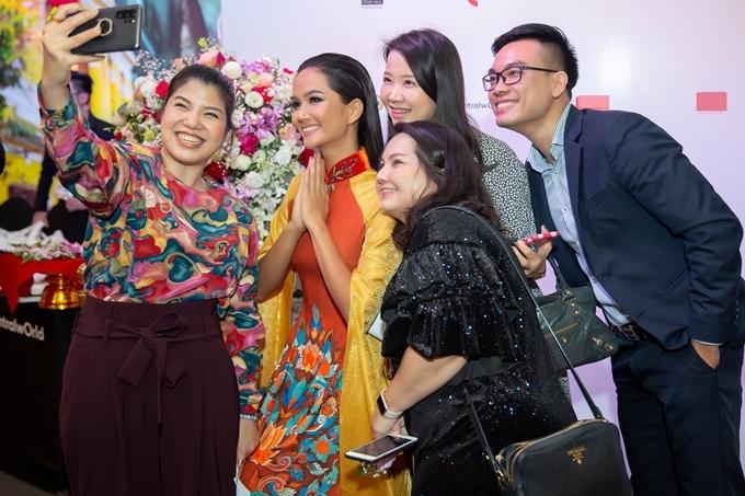 HHen Niê diễn áo dài ở Thái Lan - 5