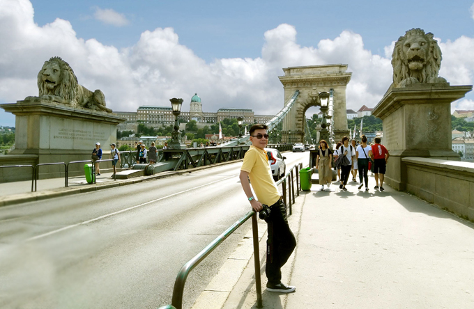 Đoan Trường chụp ảnh trên cây cầu xích dài 360 m ở thành phố Budapest - thủ đô của Hungary. Nơi này được mệnh danhlà Paris của Đông Âu hay Hòn ngọc bên sông Danube.