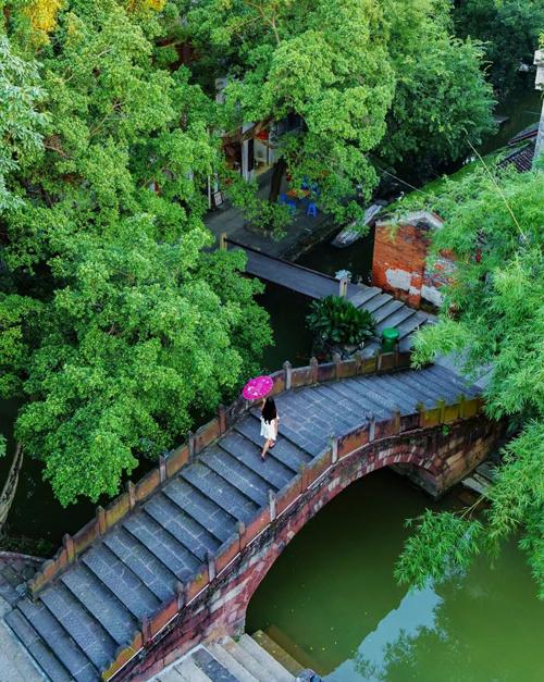 Được xây dựng từ cách đây hơn 600 năm, Phùng Giản thôn mang phong cách kiến trúc vùng Giang Nam với nhiều kênh rạch chằng chịt cùng những cây cầu cổ kính, rêu phong.