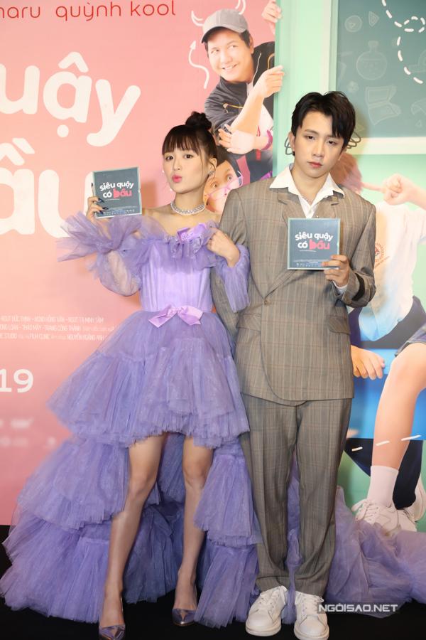 Han Sara (trái) lần đầu đóng chính trên phim. Giọng ca gốc Hàn 19 tuổi vào vai một nữ sinh xuất sắc không may dính bầu sau cuộc tình một đêm với cậu bạn thân do Tùng Maru (phải) đảm nhận.