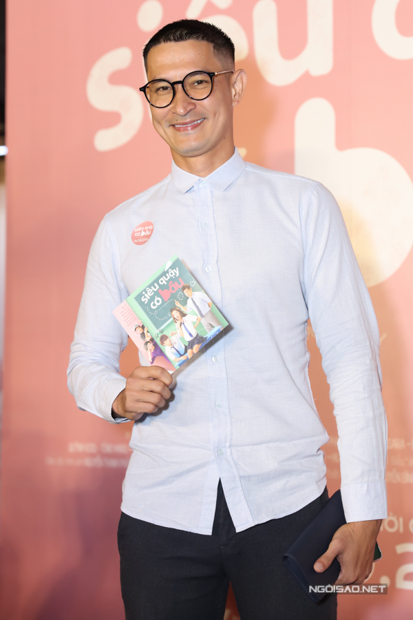 Trở về Sài Gòn sau chuyến công tác xa, Huy Khánh có mặt cổ vũ những người đồng nghiệp thân thiết. Hiện tại, anh cũng có phim Người lạ ơi đang chiếu rạp.