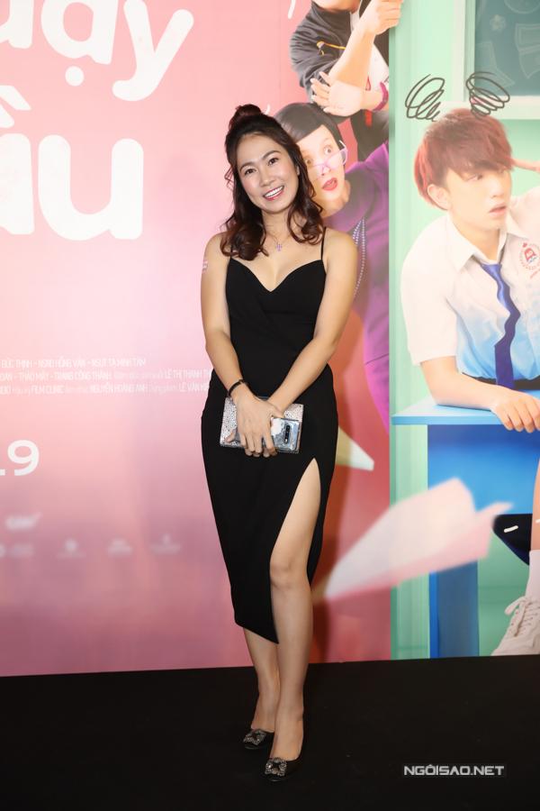 MC Thanh Thảo Hugo tới chúc mừng phim của người bạn thân Thanh Thúy. Cô và Thanh Thúy cùng mở chung một trung tâm đào tạo diễn viên - MC nhí.