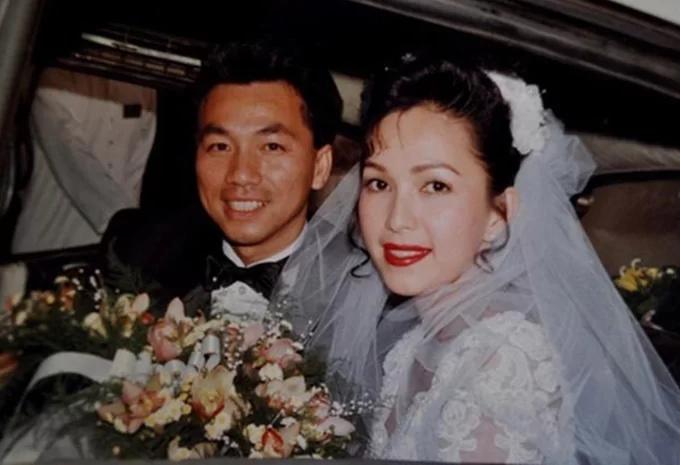 Diễm My 6X lên xe hoa với doanh nhân Việt kiều Hà Tôn Đức vào năm 1994 sau ba năm hẹn hò. Trong ngày trọng đại, nữ hoàng ảnh lịch trang điểm tông đỏ, diện soiree ren trắng do ông xã mang từ Mỹ về. Tiệc cưới của Diễm My tổ chức tại một nhà hàng nổi 5 sao trên bến Bạch Đằng với sự tham gia của 500 khách mời, trong đó có nhiều mỹ nhân cùng thời: diễn viên Mộng Vân, Á hậu TP HCM 1989 Lý Mỹ Dung...