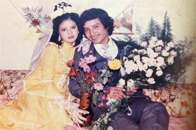 Ngọc Huyền - bà xã nghệ sĩ Chí Trung - nổi bật trong ngày trọng đại với bộ váy vàng rực rỡ, thay vì váy trắng như các cô dâu cùng thời.