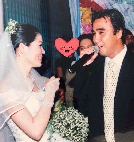 Dạ Thảo - bà xã Quyền Linh - khoe ảnh ngày cưới 14 năm trước lên trang cá nhân. Nhiều khán giả ngưỡng mộ cuộc hôn nhân hạnh phúc của vợ chồng MC Vượt lên chính mình. Quyền Linh thấy may mắn vì bà xã và hai con gái luôn là hậu phương vững chắc giúp anh yên tâm theo đuổi nghệ thuật và các hoạt động vì cộng đồng.