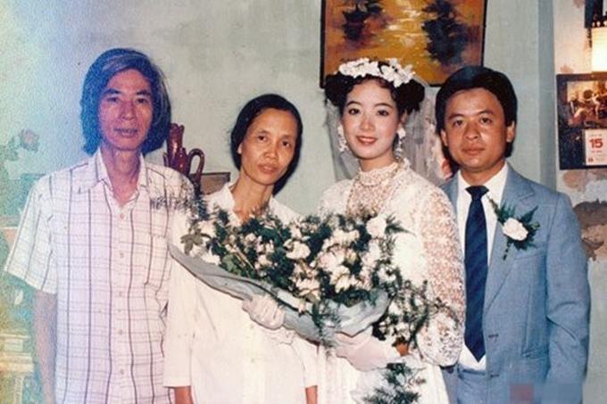 Chiều Xuân và nhạc sĩ Đỗ Hồng Quân bên bố mẹ nữ diễn viên trong hôn lễ năm 1987. Khi đó, người đẹp vừa tròn 20 tuổi, là sinh viên khoa diễn viên trường Sân khấu Điện ảnh. Chị nổi bật trong bức ảnh nhờ đôi mắt to tròn, nụ cười rạng rỡ. Soiree của nữ diễn viên thuê ở nhà diễn viên Mai Châu - cửa hiệu váy cưới nổi tiếng nhất Hà Nội ngày ấy. Yêu thích phong cách tiểu thư nên Chiều Xuân chọn tết tóc hai bên kiểu sợi mì, cài hoa giống các bộ phim cùng thời. Sau 32 năm kết hôn, vợ chồng nghệ sĩ đã lên chức ông bà.