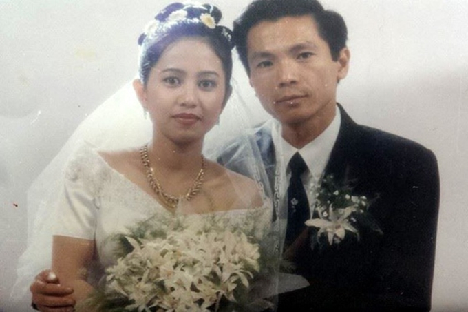 Nghệ sĩ Trung Anh hạnh phúc cùng bà xã trong bức ảnh cưới được chụp cách đây 22 năm. Bố Sơn của Về nhà đi con có ngoại hình điển trai, lịch lãm và không thay đổi nhiều so với hiện tại.