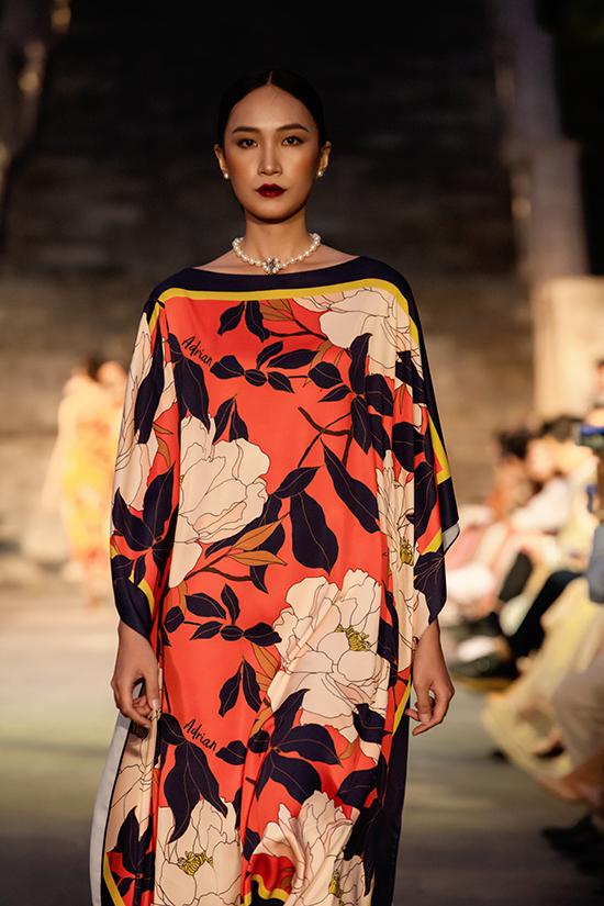 Váy dáng rộng, đầm trùm vai, váy bất đối xứng mang lại sự tự do và thoải mái được Adrian Anh Tuấn khai thác triệt để.