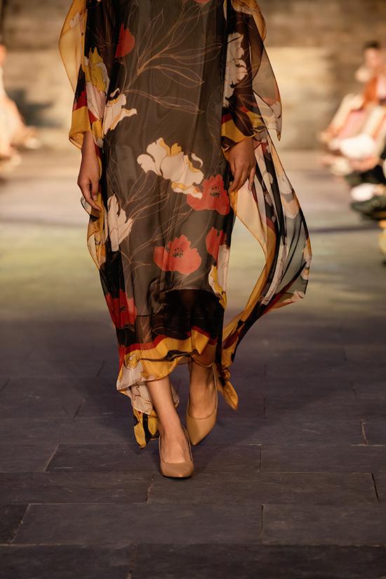 Chất liệu cao cấp góp phần mang tới nét uyển chuyển và nhẹ nhàng cho trang phục thu đông của nhà mốt Việt.