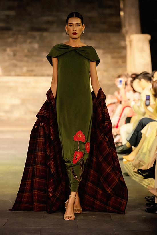 Trang phục trong bộ sưu tập Yên được xây dựng trên các chất liệu cao cấp như lụa tơ tằm Bảo Lộc, chiffon, tweed và satin.
