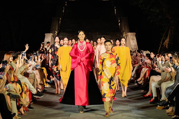 Mai Phương Thuý áo dài đỏ hồng, Adrian Anh Tuấn cùng dàn mẫu trong phần kết.