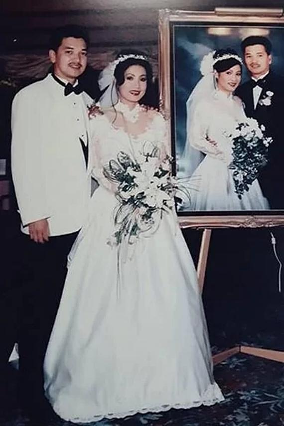 Quang Minh - Hồng Đào là mối tình đầu của nhau từ thời sinh viên nhưng chia tay vì nam diễn viên sang Mỹ lập gia đình. Nhiều năm sau, họ nối lại tình xưa. Trong lễ cưới tại xứ cờ hoa năm 1995, đôi nghệ sĩ chọn trang phục ton-sur-ton màu trắng. Vợ chồng diễn viên chung sống 24 năm và có hai con gái trước khi xác nhận ly hôn hồi tháng 7/2019.