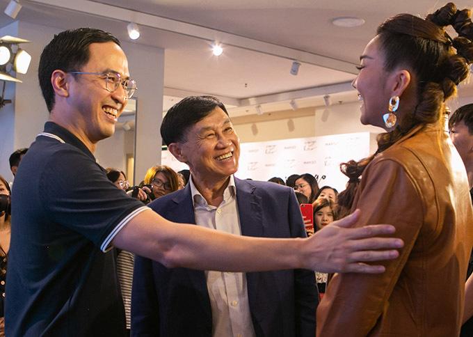 Người đẹp vui vẻ hội ngộ doanh nhân Louis Nguyễn - ông xã Tăng Thanh Hà và vua hàng hiệu Johnathan Hạnh Nguyễn.