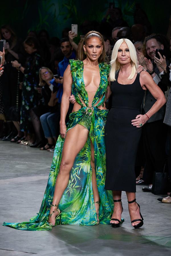Jennifer chào khán giả cùng nhà thiết kế thời trangDonatella Versace.