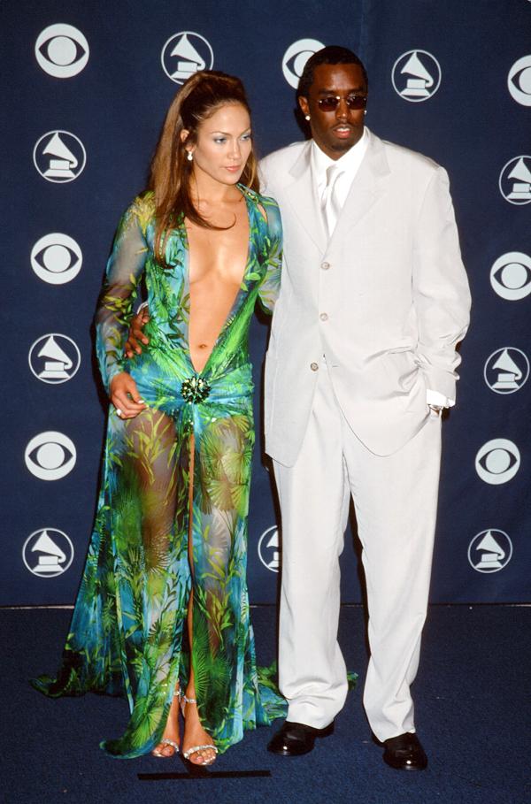 Thời đó, Jennifer Lopez mới 30 tuổi, đến dự lễ trao giải cùng bạn trai - rapperSeanCombs. Hai thập kỷ trôi qua, J.Lo không những giữ mãi vẻ bốc lửamà sự nghiệp cònthành công hơn trước. Đến nay, nữ ca sĩ sinh năm 1969 vẫn theo đuổi phong cách sexy cả trên thảm đỏ lẫn sân khấu.