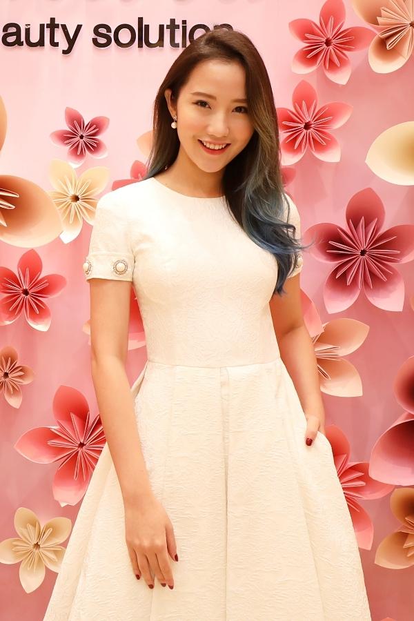 Người đẹp Primmy Trương cuốn hút với mái tóc nhuộm ombre. Cô từng gây chú ý với mối tình cùng thiếu gia Phan Thành và đóngMV Thương em hơn chính anh của ca sĩ Jun Phạm.
