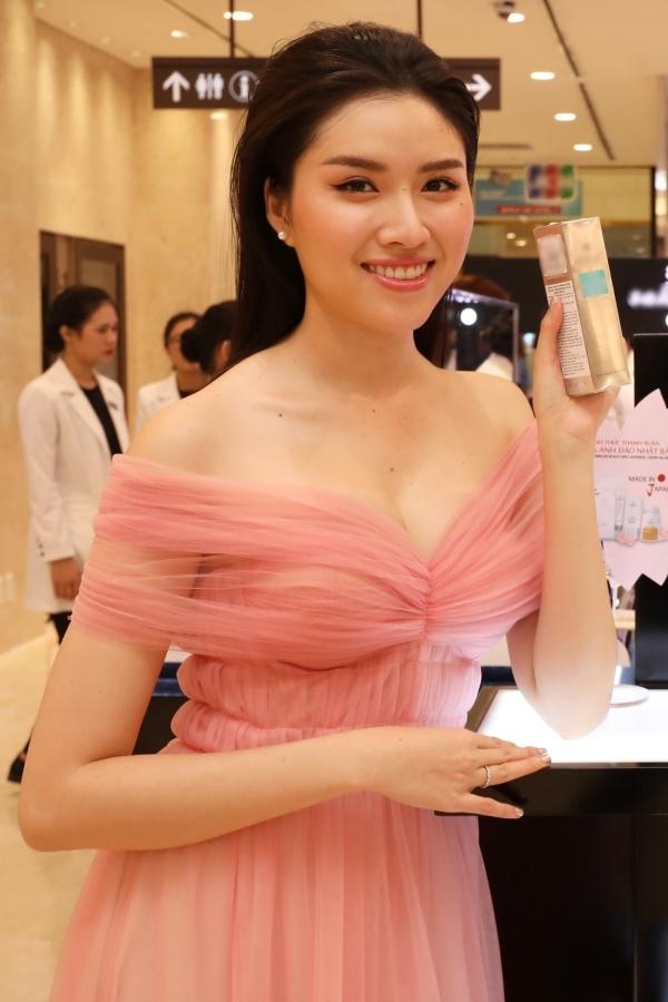 MC Thanh Thanh Huyền trải nghiệm các sản phẩm trưng bày.