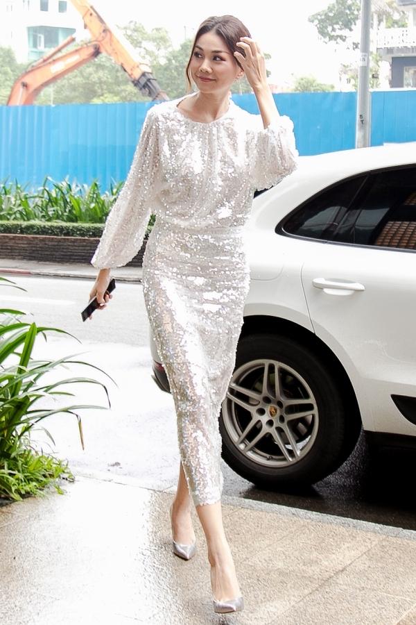 Thanh Hằng chọn bộ váy sequin tôn nét nổi bật cho ngoại hình.